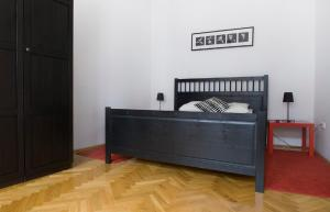 A bed or beds in a room at Cozy apartment with 3 bedrooms