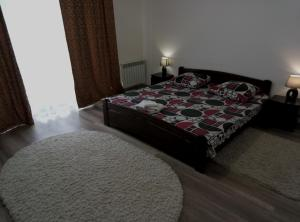 A bed or beds in a room at Apartment on Mynaiska 18