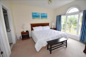 A bed or beds in a room at 822 Cypress Bend Villa