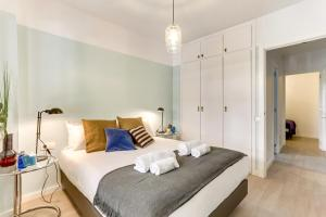 A bed or beds in a room at Sweet Inn - FcBarcelona-Galileu