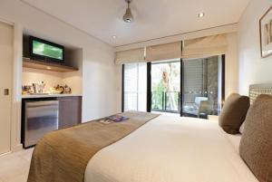 A bed or beds in a room at Sea Temple Palm Cove 2 Bedroom Luxury Apartment