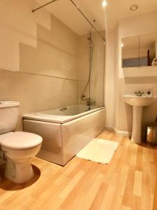 A bathroom at Queen Elizabeth Apartments
