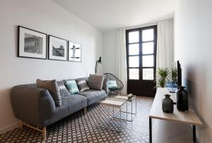A seating area at Aspasios Poble Nou Apartments