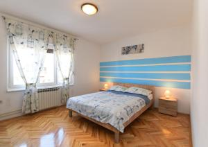 A bed or beds in a room at Apartments Luciano 621