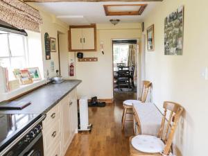 A kitchen or kitchenette at Faith Cottage