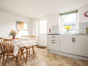 A kitchen or kitchenette at 18 Old Court