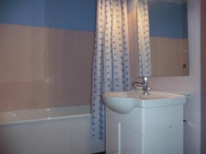 A bathroom at Studio À Dijon