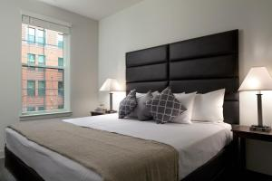 A bed or beds in a room at Stay Alfred on South Charles Street