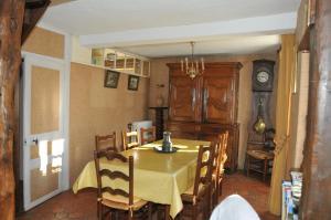 Restaurant ou autre lieu de restauration dans l'établissement Maison de famille rustique