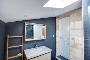 A bathroom at Bir Hakeim