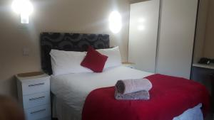 A bed or beds in a room at My Glasgow House North