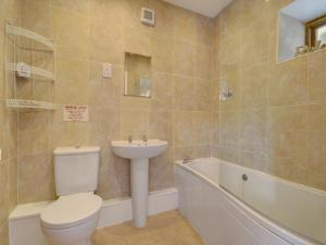 A bathroom at Taw Valley Cottage