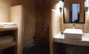 A bathroom at Riad Dar Bennis
