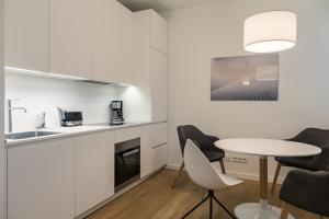 A kitchen or kitchenette at Modern Holiday Apartments in Sapphire by D. Libeskind