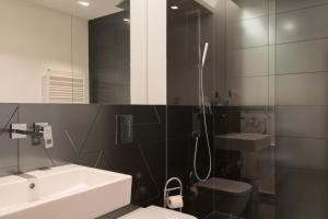 A bathroom at Modern Holiday Apartments in Sapphire by D. Libeskind