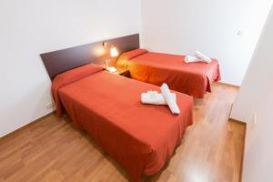 A bed or beds in a room at Apartamentos ELE Domocenter