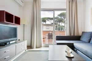 A television and/or entertainment centre at Aparthotel Bardon