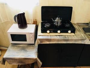 Кухня или мини-кухня в Maia's Apartment
