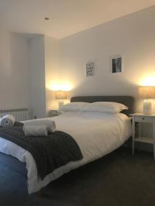 A bed or beds in a room at Brighton Lanes Boutique Beach Apartment
