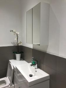 A bathroom at Brighton Lanes Boutique Beach Apartment