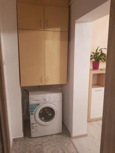 A kitchen or kitchenette at Makeeda Apartment
