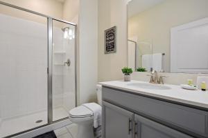 Uma casa de banho em Four Bedrooms w/ Game & Pool 4900