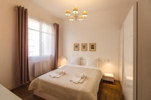 Tempat tidur dalam kamar di Appartment Passy 2 Bedrooms with Veranda