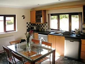 A kitchen or kitchenette at Ash Cottage