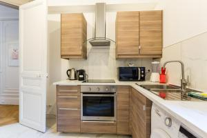 A kitchen or kitchenette at CMG Tour Eiffel/Champs de Mars__Laos 1G