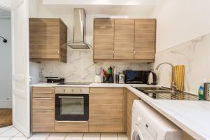 A kitchen or kitchenette at CMG Tour Eiffel/Champs de Mars__Laos 2G