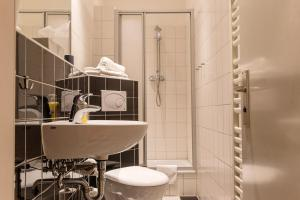 A bathroom at Berlinappart - Prenzlauer Berg Apartment with Garden View
