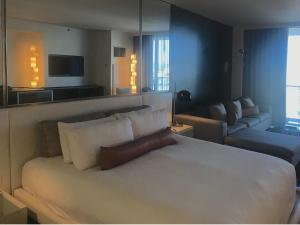 A bed or beds in a room at Palms Place - 27th Floor Strip View Studio