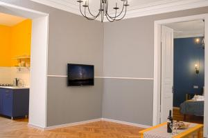A television and/or entertainment center at Sunburst Apartment