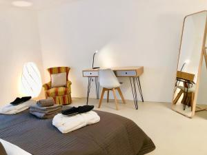 A bed or beds in a room at Contemporary Lake View Apartments
