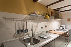 A kitchen or kitchenette at La Noce Apartment