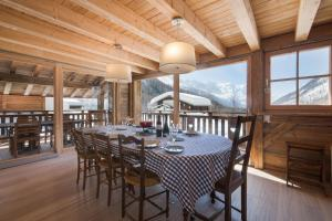 A restaurant or other place to eat at Chalet Majorette
