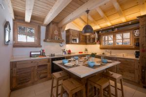 A kitchen or kitchenette at Chalet Majorette