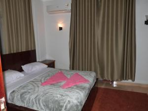 A bed or beds in a room at Luxor Plaza House