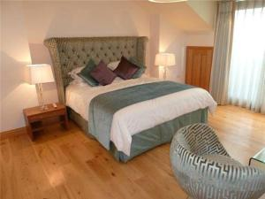 A bed or beds in a room at First Floor 3 Bed Apartment, Murray Crescent House