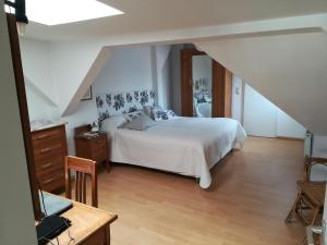 A bed or beds in a room at Ansbacher unterm Dach