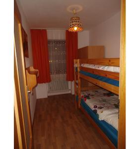 Ein Etagenbett oder Etagenbetten in einem Zimmer der Unterkunft Fewo-Heigl