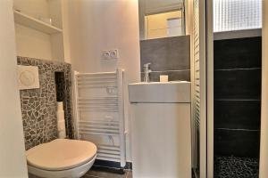 A bathroom at PARIS CENTER OF THE NOTRE DAME - LOUVRE