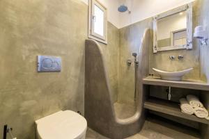 A bathroom at Tarsa Studios