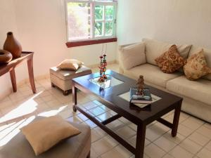 A seating area at Lovely Condo in Cancún 3bd/2ba near Beach & Mall.