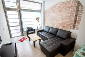 A seating area at Modern 1 Bedroom Apartment