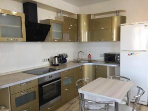 Кухня или мини-кухня в Apartment on Mira