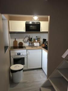 A kitchen or kitchenette at Location Bonnieux Provence