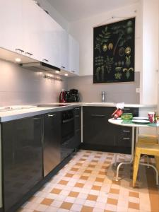 A kitchen or kitchenette at Vue Tour Eiffel
