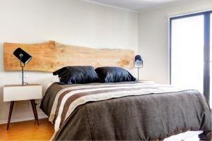 A bed or beds in a room at Rukaza Lastarria Apartments