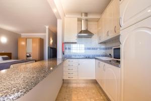 A kitchen or kitchenette at Clube Praia Mar Apartamentos Turísticos